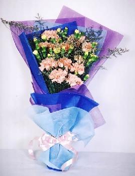 淡蓝色丝绵纸托底,粉色丝带蝴蝶结束扎